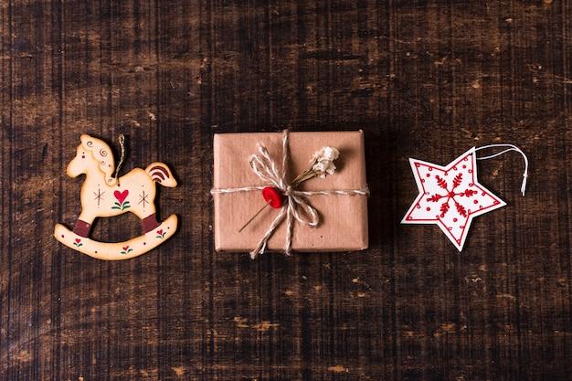Nettes eingewickeltes geschenk mit weihnachtsverzierungen