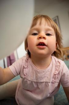 Nettes einjähriges babylebensstilporträt, lächelnd. kindererziehung und erziehungskonzept