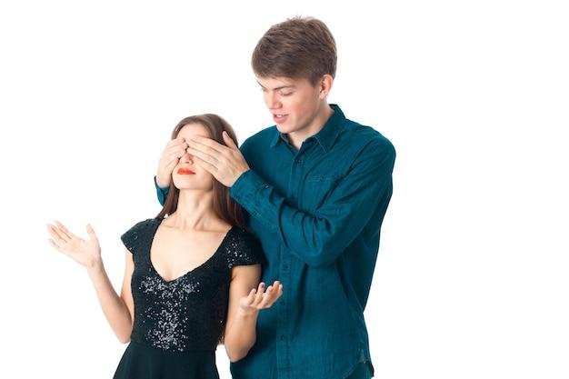 Nettes elegantes verliebtes paar, das spaß im studio auf weißem hintergrund hat