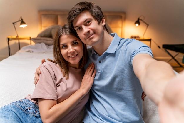 Nettes erwachsenes paar, das ein selfie nimmt