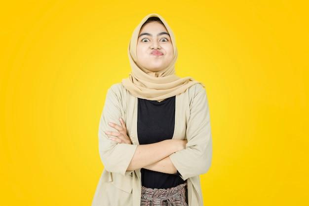 Nettes gesicht der jungen asiatischen frau auf gelber wand