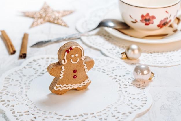 Nettes handgemachtes weihnachtsmotiv verzierte plätzchen