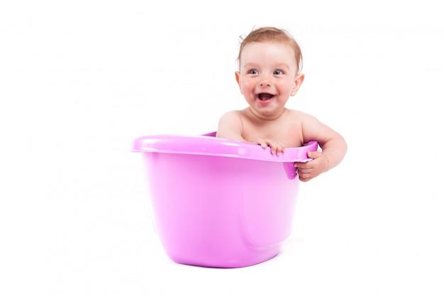 Nettes hübsches baby nehmen bad in der badewanne
