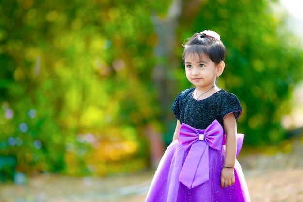 Nettes indisches baby, das im park spielt
