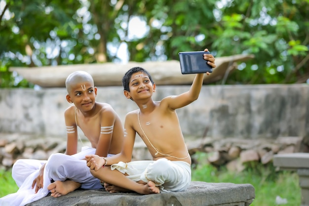 Nettes indisches kind mit tablette