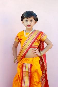Nettes indisches kleines mädchen auf traditioneller kleidung