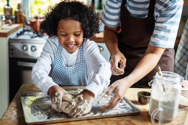 Nettes jungenbacken in der küche