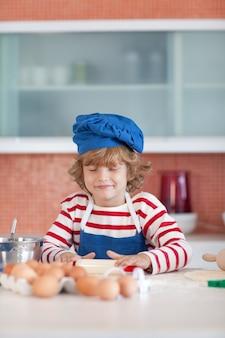 Nettes jungenbacken in einer küche