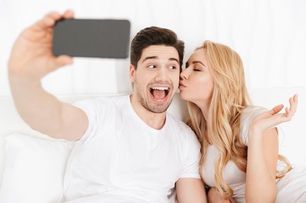 Nettes junges liebespaar machen selfie