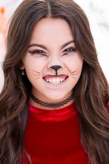Nettes junges mädchen mit halloween-make-up