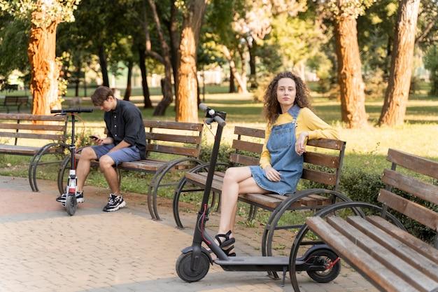 Nettes junges paar, das draußen entspannt
