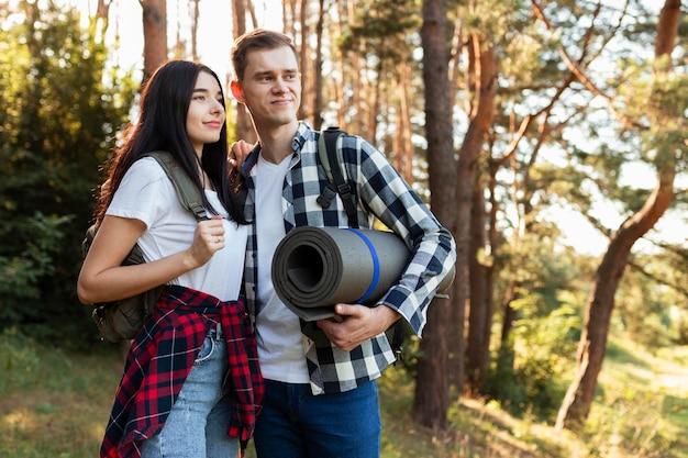 Nettes junges paar, das genießt, zusammen zu reisen