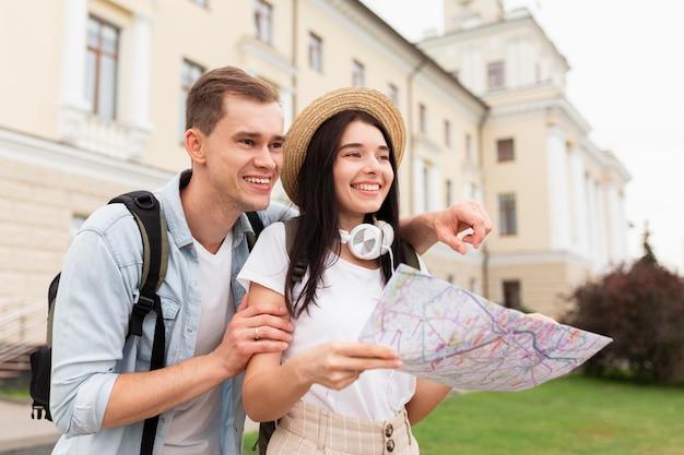 Nettes junges paar, das nach touristischen sehenswürdigkeiten sucht