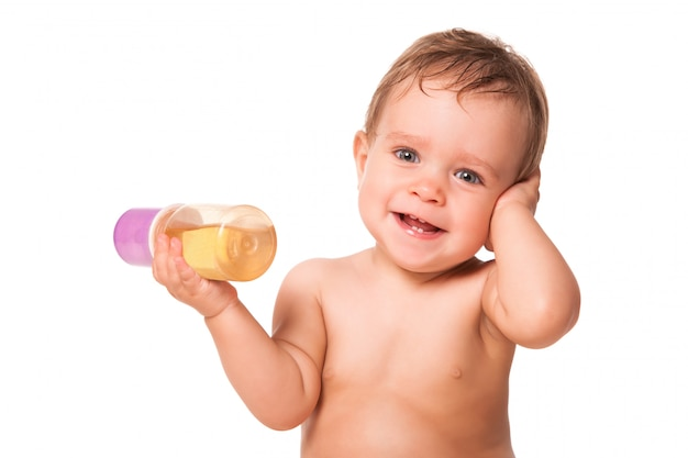 Nettes kind, das babynahrung hält.
