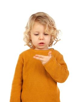Nettes kind, das lernt, die jahre zu setzen, die er mit seiner hand hat