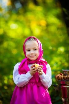Nettes kind mädchen in einem rosa schal und kleid, eine weiße jacke wie mascha und der bär aus dem cartoon.