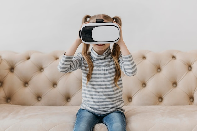 Nettes kind unter verwendung der vorderansicht des headsets der virtuellen realität