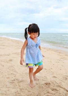 Nettes kindermädchen auf dem sandstrand