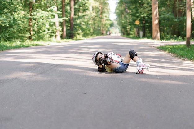 Nettes kindermädchen, das rollschuhlaufen lernt