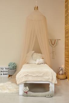 Nettes kinderzimmer interieur mit spielzeug und modernen möbeln, bett mit zelt