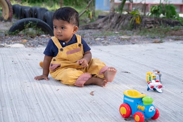 Nettes kleines babyspiel am park
