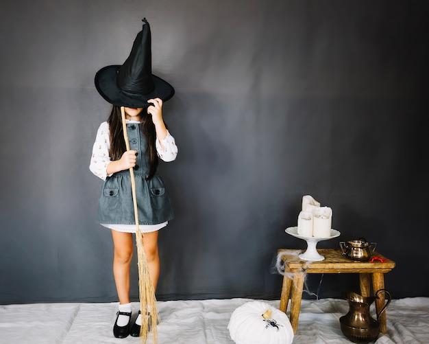 Nettes kleines hexenmädchen