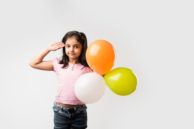 Nettes kleines indisches mädchen mit dreifarbigen ballons - nationalflagge grüßen und unabhängigkeit oder tag der republik indien feiern