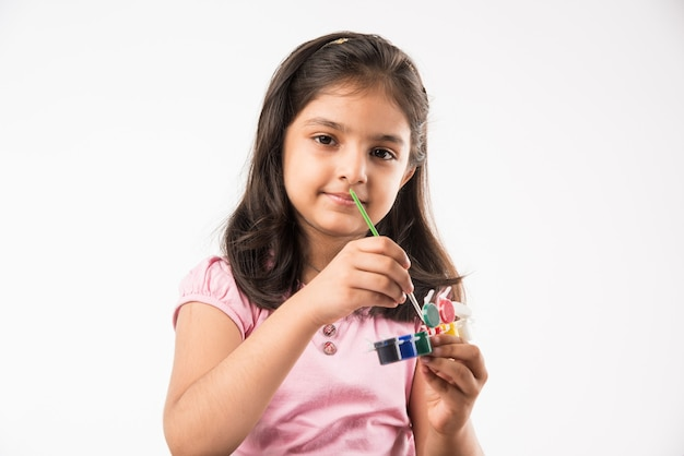 Nettes kleines indisches oder asiatisches mädchen zum ausmalen, zeichnen oder malen mit farben, bleistiften usw