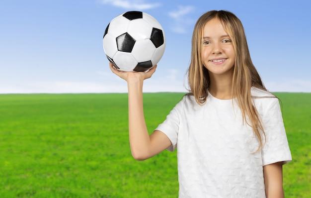 Nettes kleines kind träumt davon, ein fußballspieler zu werden.