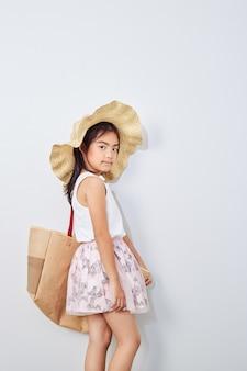 Nettes kleines mädchen am einkaufssommer