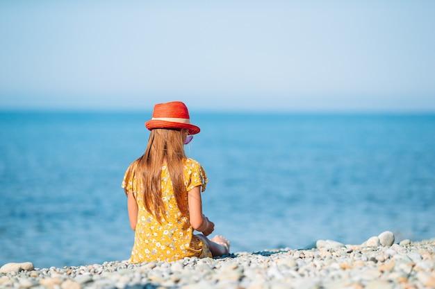 Nettes kleines mädchen am strand während der sommerferien