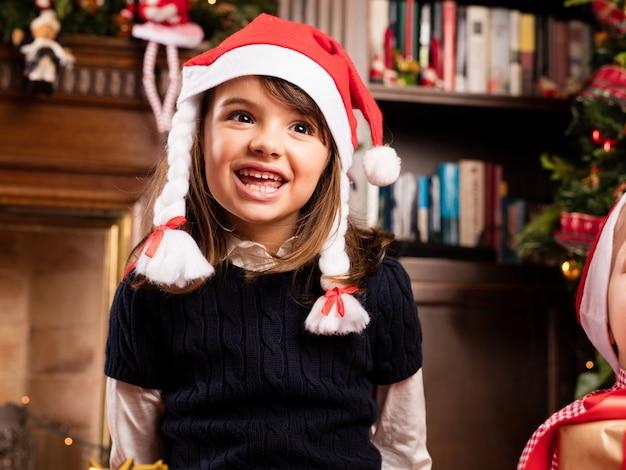 Nettes kleines mädchen auf weihnachten lächelt