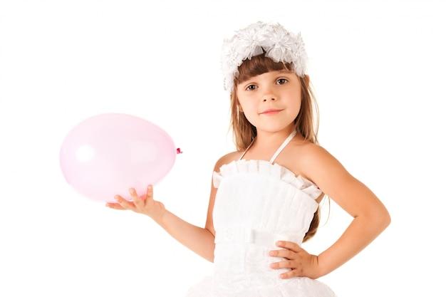 Nettes kleines mädchen, das luftballons hält.