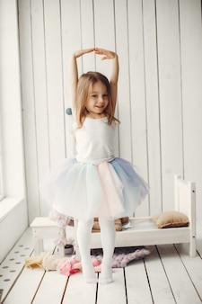 Nettes kleines mädchen, das zu hause tanzt
