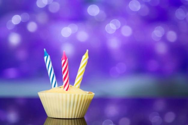 Nettes kleines mädchen im stilvollen kleid geburtstag mit purpurroten ballonen feiernd