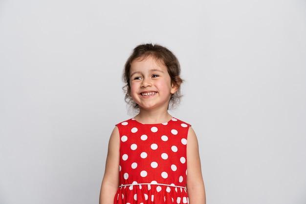 Nettes kleines mädchen in einem roten kleid