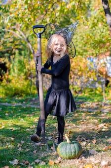 Nettes kleines mädchen in halloween, welches kostüm spaß im freien hat