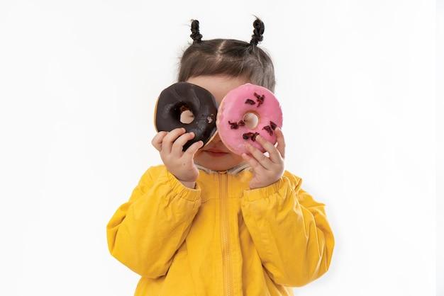 Nettes kleines mädchen mit donuts