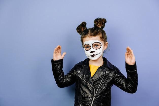 Nettes kleines mädchen mit gruseligem make-up für halloween