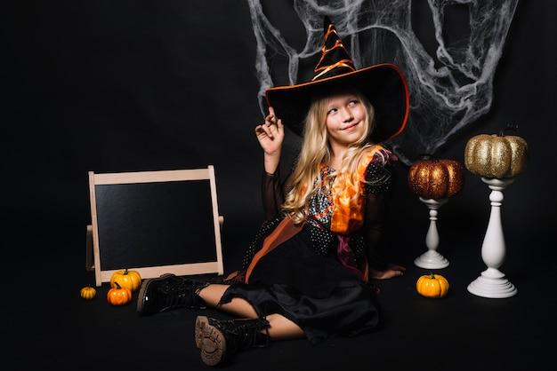 Nettes kleines mädchen mit halloween-zeug