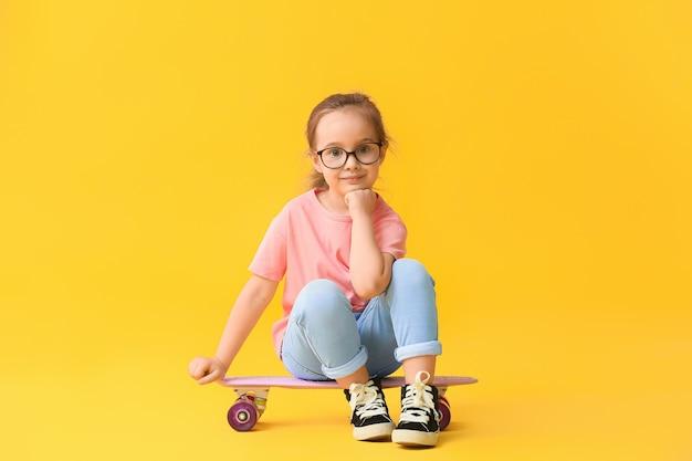 Nettes kleines mädchen mit skateboard