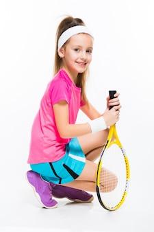 Nettes kleines mädchen mit tennisschläger in ihren händen