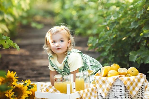 Nettes kleines mädchen-nahaufnahmeporträt auf sommerhintergrund.