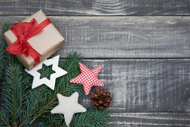 Nettes kleines weihnachtsgeschenk auf dem tisch