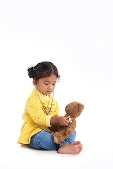 Nettes kleinkind mit stethoskop