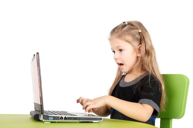 Nettes lächelndes kleines mädchen, das waren im internet-shop auswählt