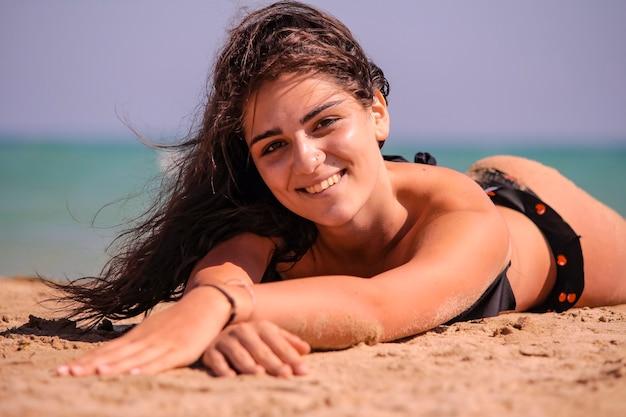 Nettes lächelndes mädchen am strand