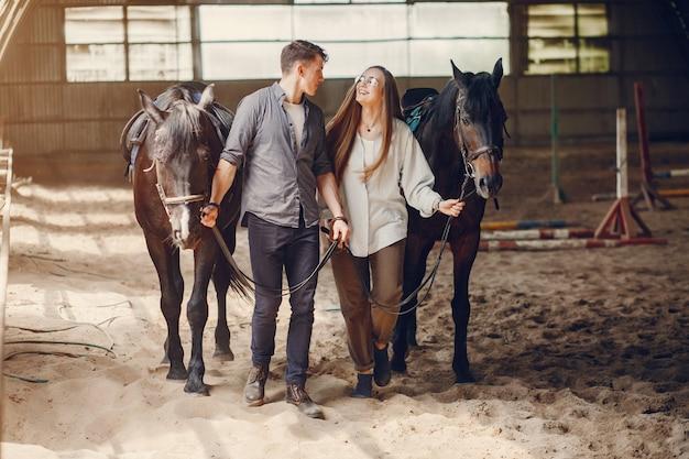 Nettes liebespaar mit pferd auf ranch