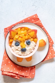 Nettes lustiges fuchsgesichtsfrühstück für kinder haferflockenbrei