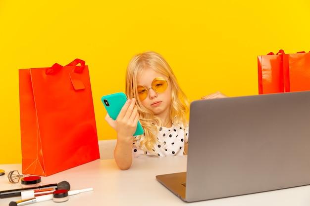 Nettes mädchen blogger video aufnehmen und ihren kauf followern zeigen.